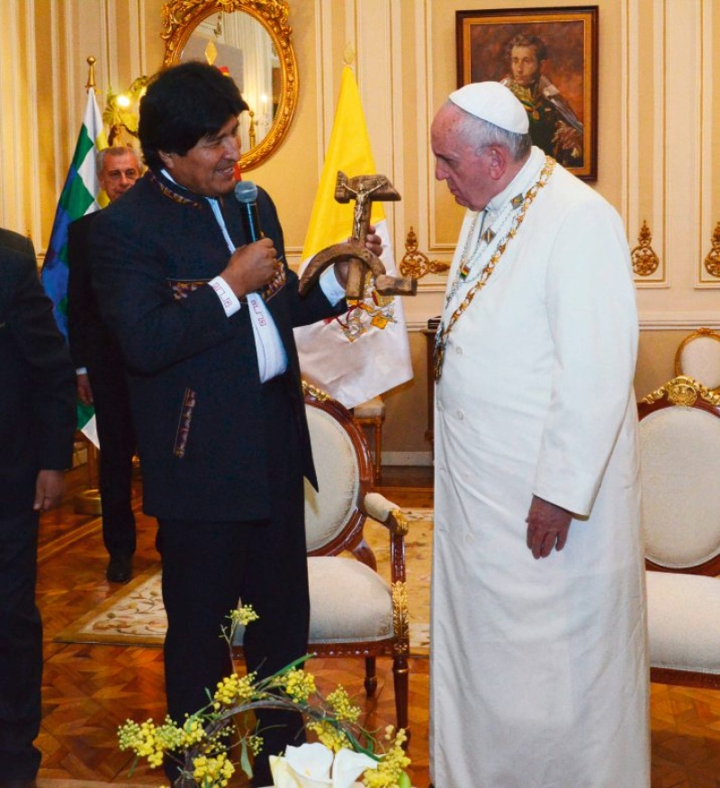 Papa visita símbolo de unidade no comunismo