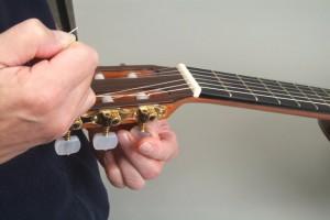 Trocar cordas de violão 12