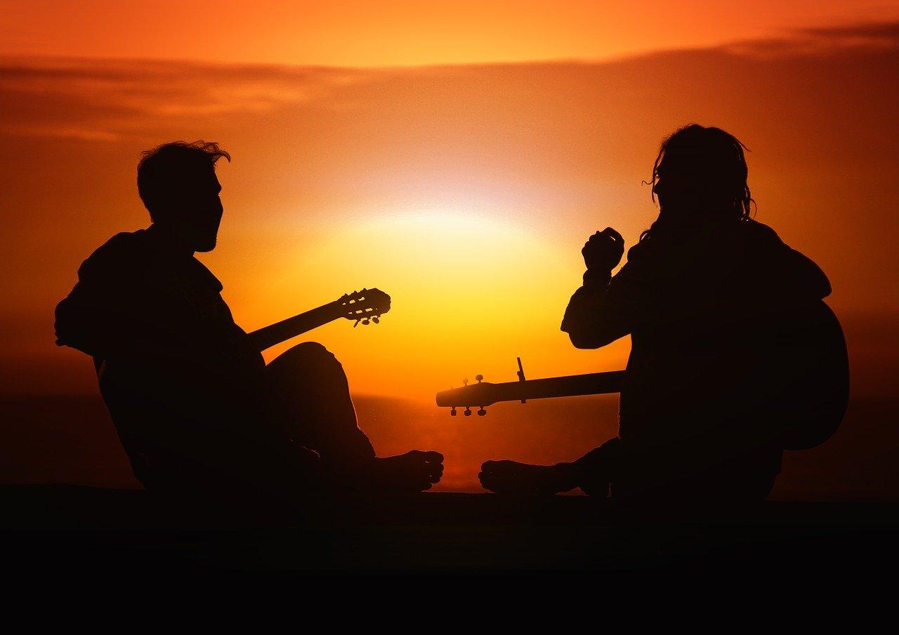 É possível tocar várias músicas com três ou quatro acordes